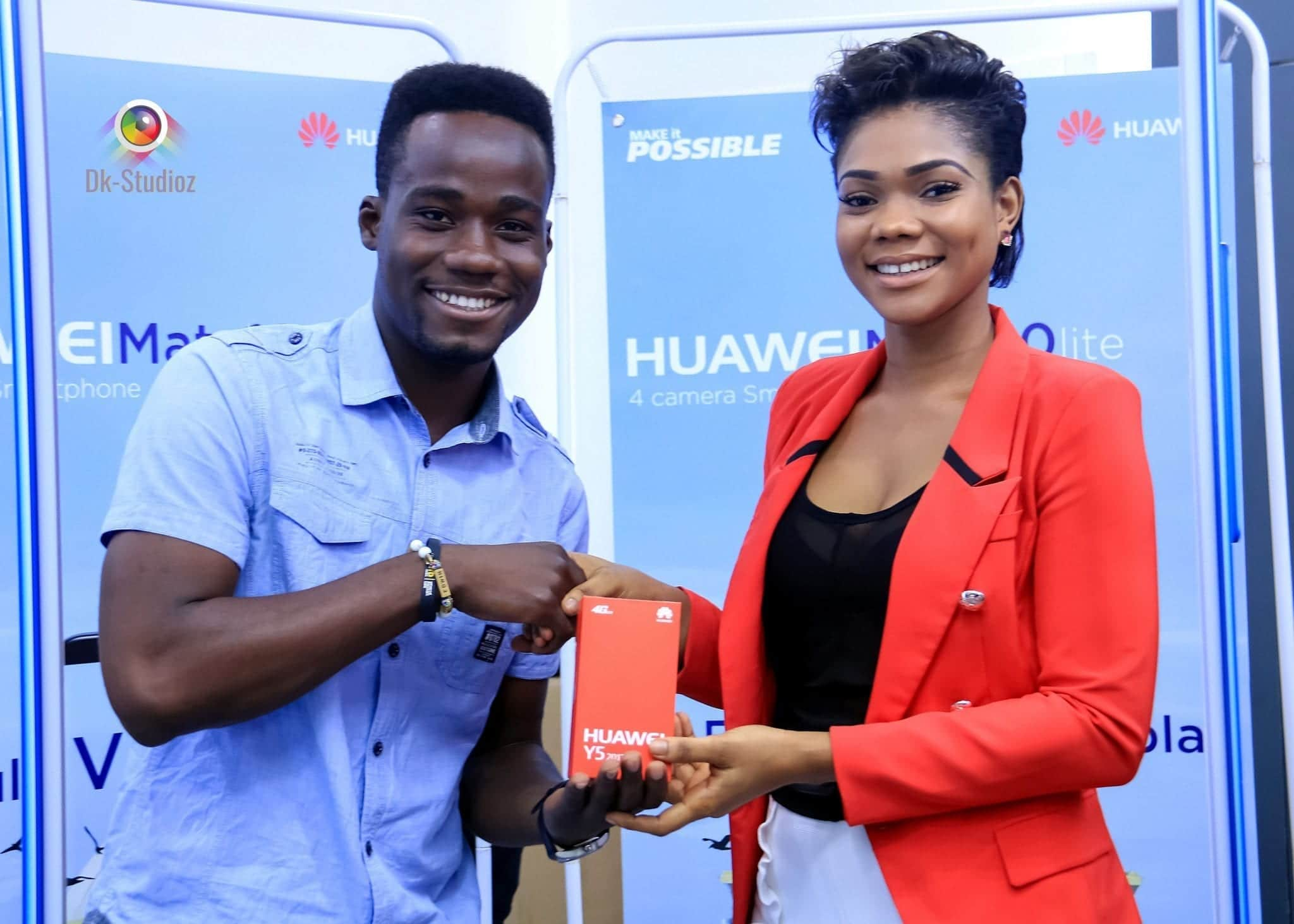 Prisca Black present a phone to a winner